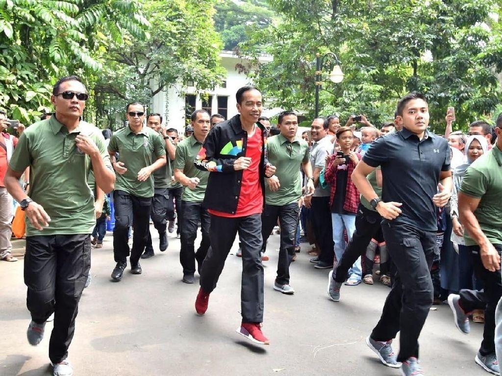 Foto: Saat Jokowi Beri Jaket Asian Games ke Warga di Bogor