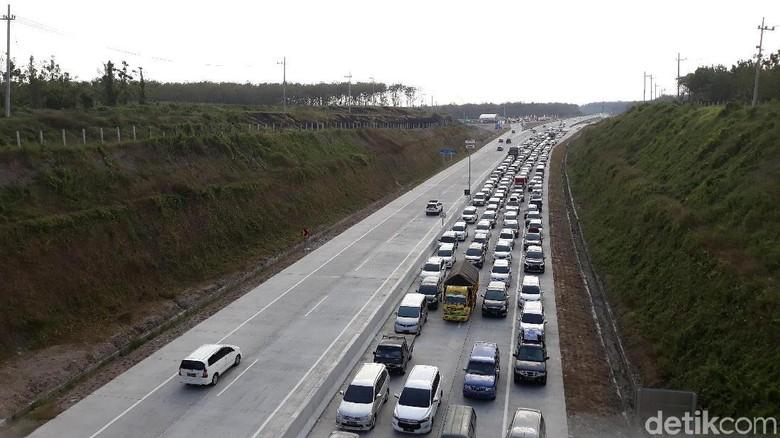 Sejak Sore, Antrean Kendaraan di Exit Tol Wilangan Capai 1 Km