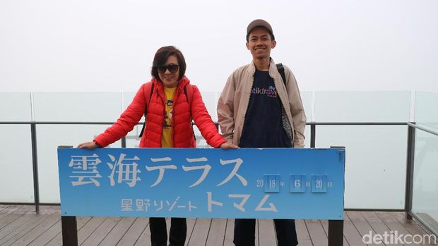 Martha dan Wahyu di jalan-jalan di Hokkaido
