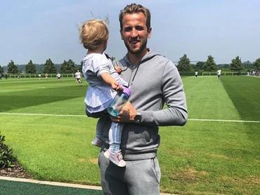 Ramai di berita karena menjadi mesin gol tim Inggris, siapa sangka Harry Kane adalah ayah yang sayang banget sama putrinya, Ivy. (Foto: Instagram @harrykane)