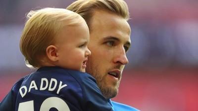 So Sweet! Potret Kapten Inggris Harry Kane Bersama Putri Kecilnya