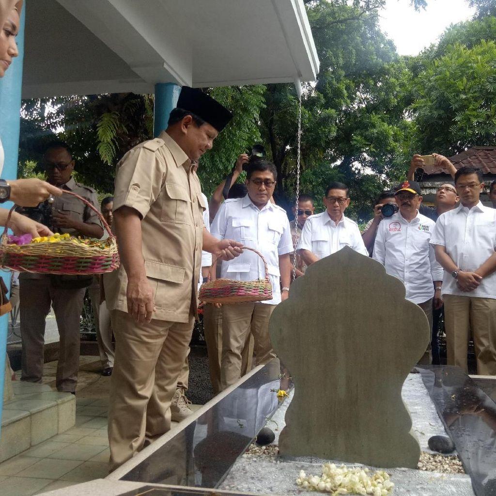 Prabowo Ziarah ke Makam Jenderal M Jusuf