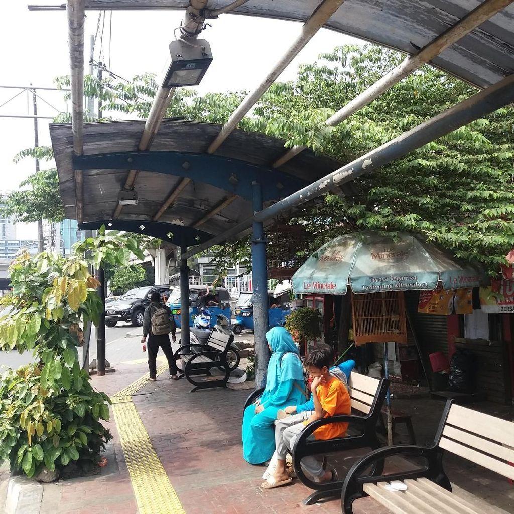 Tak Terawat, Atap Halte Bus di Grogol Terlepas