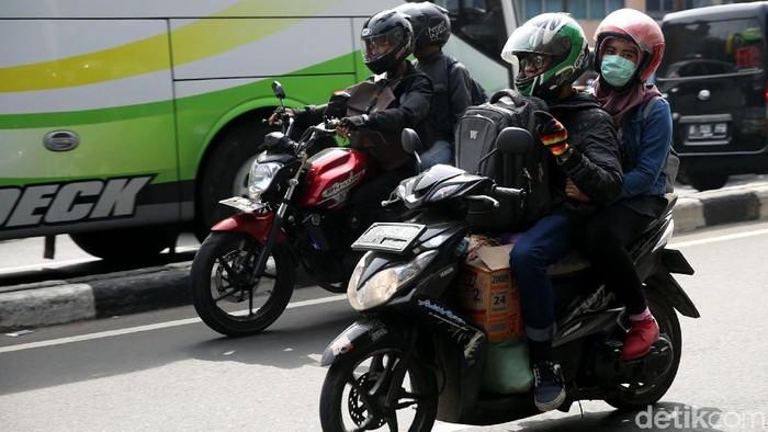 Arus balik juga terlihat di Jalan Kalimalang, Bekasi Timur, Jawa Barat, Rabu (20/8/2018). Arus balik didominasi kendaraan roda dua.