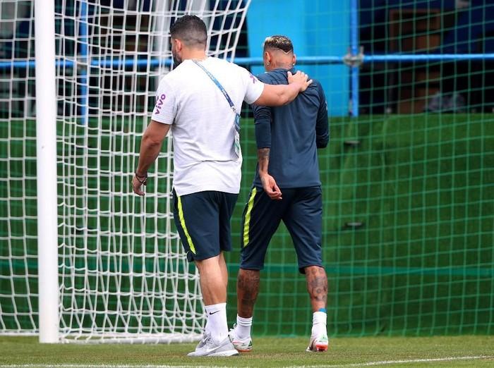 Neymar meninggalkan latihan karena merasa nyeri kaki. (Foto: Hannah McKay/Reuters)