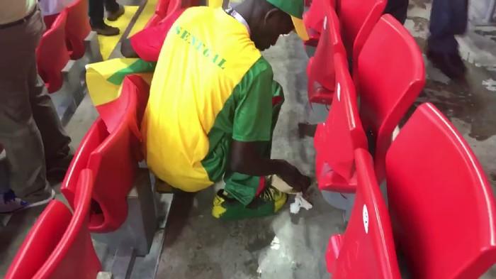 Menang bukan hanya pesta pora, fans dari Senegal dan Jepang ini justru membersihkan dan punguti sampah-sampah berserakan di stadion. Foto: twitter/TYC_sport