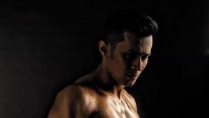 Mau Tubuh Sekeren Aktor Drama Kolosal Afdhal Yusman? Ini Latihannya