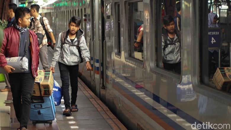 Suasana Terkini Arus Balik di Stasiun Senen