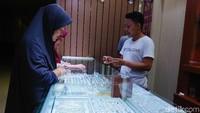 Beberapa warga menjual emas di kawasan Menteng, Jakarta, Rabu (20/6/2018).