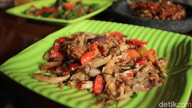 Ayam suwir sambal matah (Randy/detikTravel)