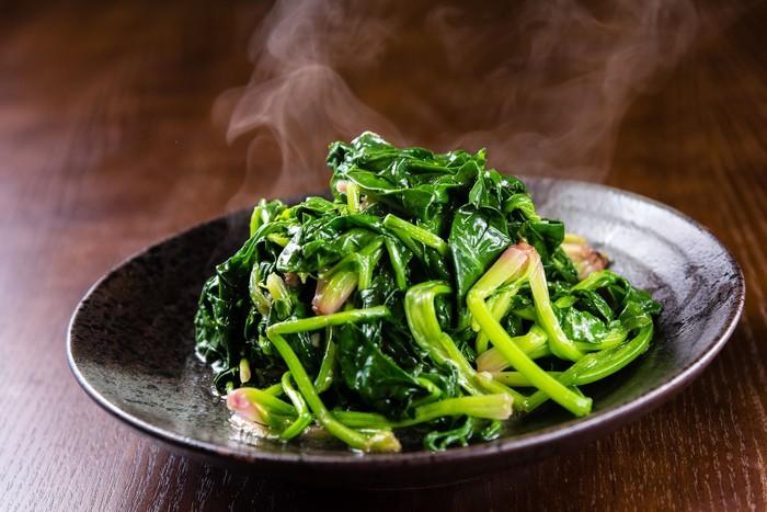 Bayam bisa diolah menjadi sayur bening, atau tumisan yang mampu mengurangi peradangan dalam tubuh. Bayam mengandung antioksidan hebat yang mampu menurunkan tekanan darah. Foto: iStock