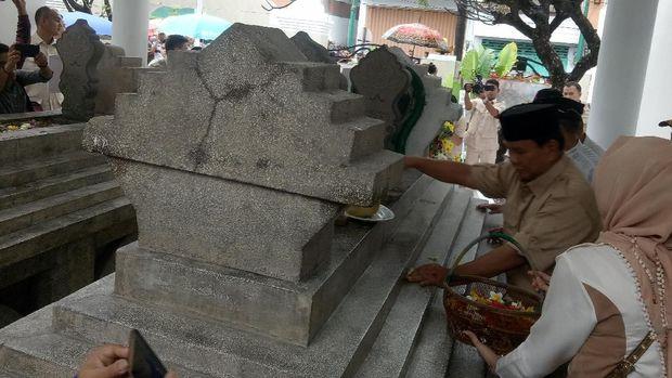 Di Sela Kampanye, Prabowo Ziarah ke Makam Pangeran Diponegoro