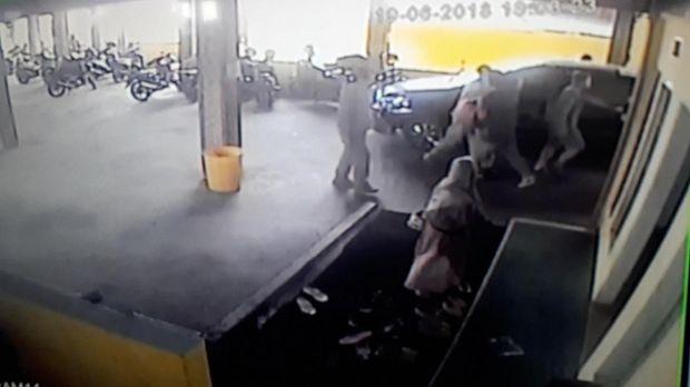 Detik-detik penyergapan terduga teroris yang terekam CCTV.