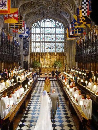 Pangeran Charles saat mengantar Meghan Markle menuju altar.