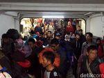 Video: Gelombang Pemudik Tiba di Stasiun Pasar Senen