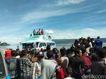 Foto: Keluarga Menanti Kabar Korban KM Sinar Bangun di Danau Toba