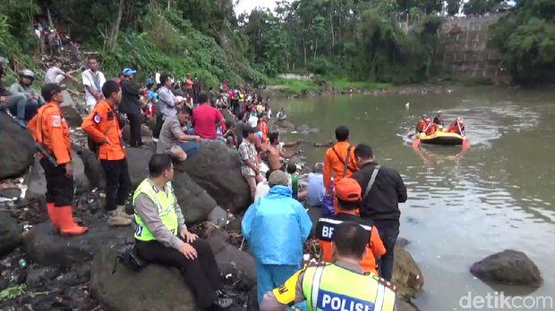 Tim penyelamat mencari Ade yang terjun ke Sungai Ciwulan Tasikmalaya. (Foto: Deden Rahadian/detikcom)