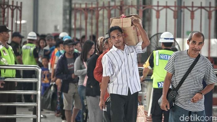 Para pemudik berangsur kembali ke Jakarta untuk kembali beraktivitas. Foto: Pradita Utama