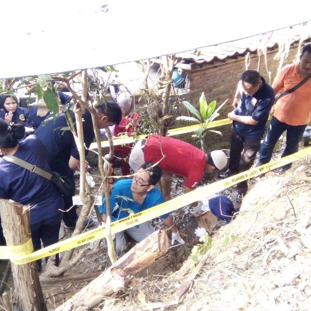 Di Belakang Rumah Dukun Aborsi Ditemukan Tulang Belulang Bayi