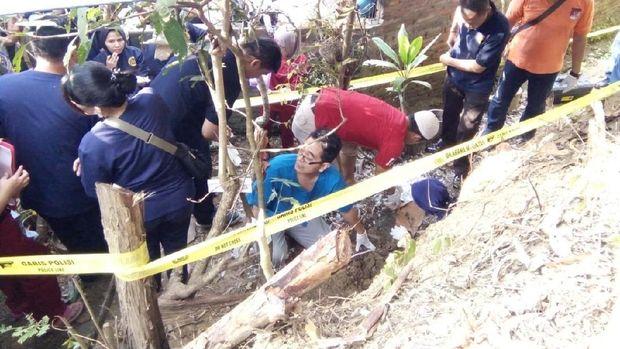 20 Kantong jenazah janin dikubur di halaman rumah Mbah Yam.