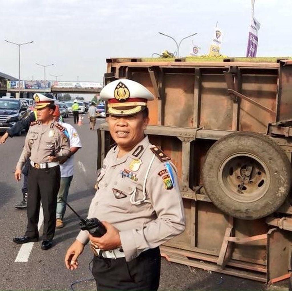 Truk Terguling di Tol Pondok Gede Arah Cawang