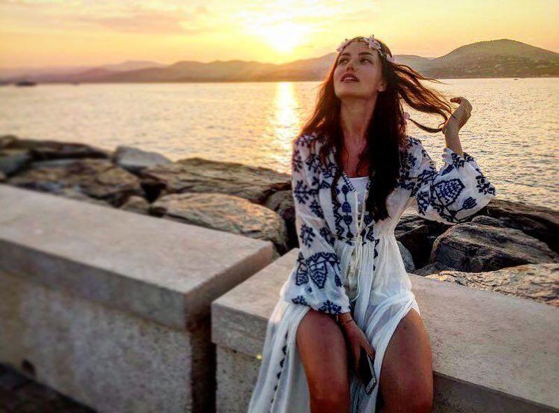Namanya Fahriye Evcen, artis cantik berdarah Turki-Jerman ini tidak hanya sibuk di dunia hiburan, dia juga meluangkan waktu jalan-jalan. (evcenf/Instagram)