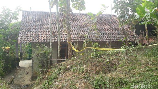 TKP dukun pijat aborsi di Magelang dipasangi garis polisi.