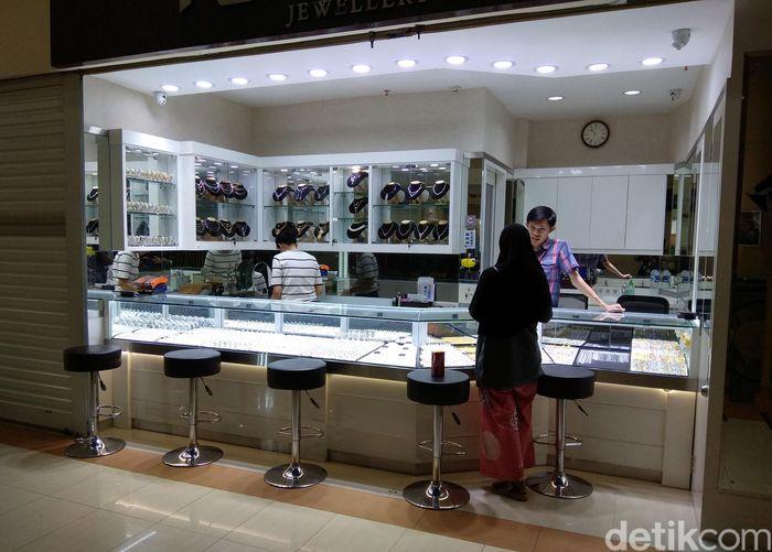 Penjual emas di Cikini Gold Center, Menteng, Jakarta Pusat memperkirakan masyarakat yang menjual perhiasan emas pasca Lebaran bakal meningkat hingga 50% dibandingkan hari biasa.