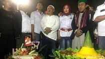 Rayakan Ultah Jokowi, Relawan Potong Tumpeng di Depan Istana