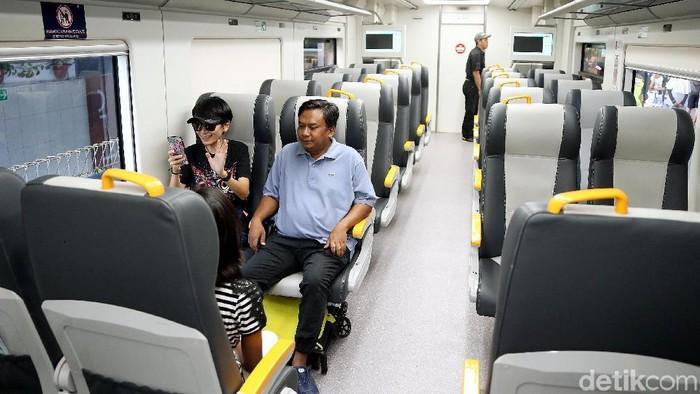 Kereta Bandara Soekarno-Hatta diujicoba sampai ke Stasiun Bekasi. Warga Bekasi pun antusias menjajal kereta tersebut.