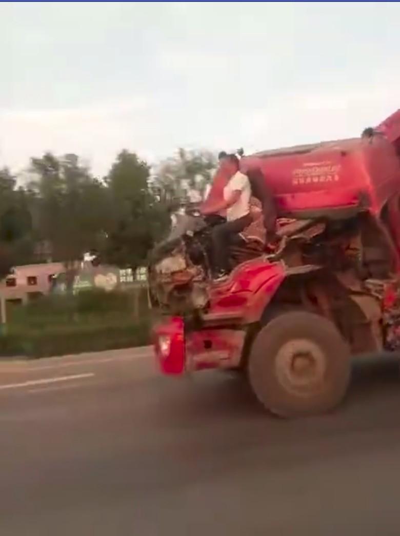Truk Sudah Hancur Masih Dibawa Jalan. Foto: Istimewa