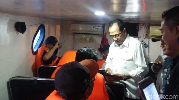 Ia meminta petugas mengganti salah satu pelampung yang digunakan penumpang.