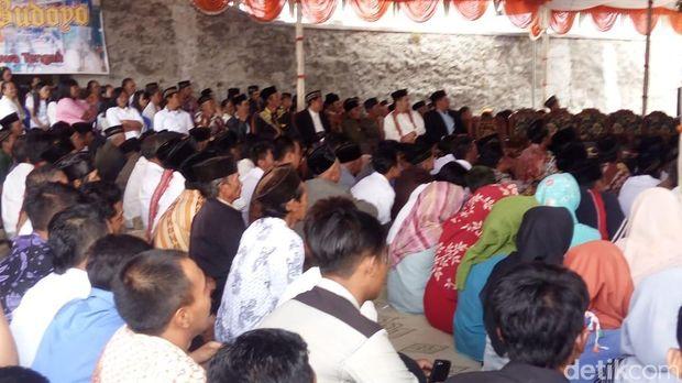 Suasana halal bihalal yang diikuti umat lintas agama di lereng Gunung Merapi.