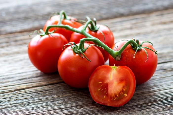 Saking banyak orang yang ragu, pada 1893 digelar deklarasi dari Mahkamah Agung yang memutuskan jika tomat masuk sebagai buah, bukan sayuran. Foto: Istock
