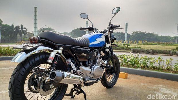 Varian motor Suzuki Inazuma GW250 aslinya bergaya sport touring.Tampangnya garang dengan lampu depan berbentuk segitiga dan ekoryang tajam semakin naik di bagian belakang. Bodinya yang bongsordengan blok mesin 250 cc yang terlihat besar menjadikan tampilannyabegitu mengintimidasi. Apalagi dengan dua knalpot kembar di kanan dankiri yang juga besar.