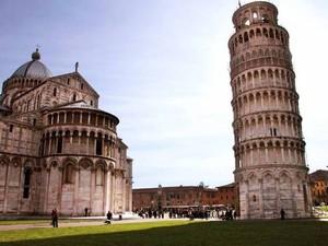 Kasih Tos, Pria Ini Jahili Turis yang Berfoto di Menara Pisa