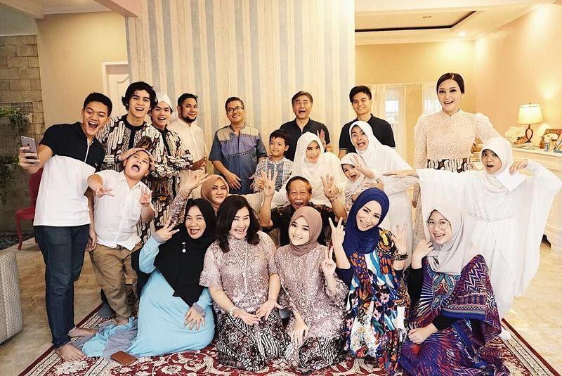 Pada momen hari raya Lebaran beberapa hari lalu, ia dan keluarga besarnya tampak berkumpul untuk silaturahmi. Ada juga di dalamnya Maia serta Al dan Dul (@diandramarsha/Instagram)