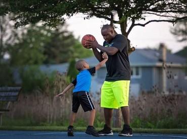Ayah juga bisa menjadi teman main si kecil yang nggak pernah lupa menyelipkan pesan moral setelah bermain.