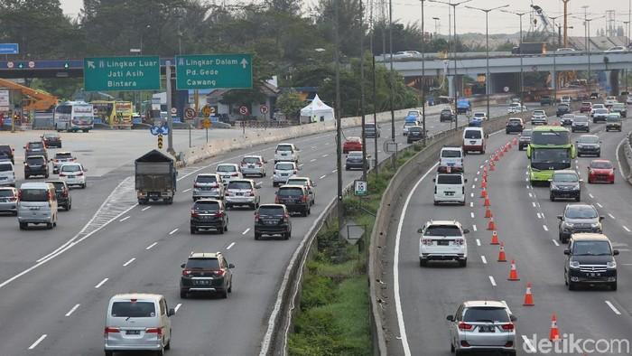 Rekayasa lalu lintas arus balik dengan menerapkan sistem lawan arus (contraflow) masih diberlakukan di Tol Cikampek arah Jakarta.