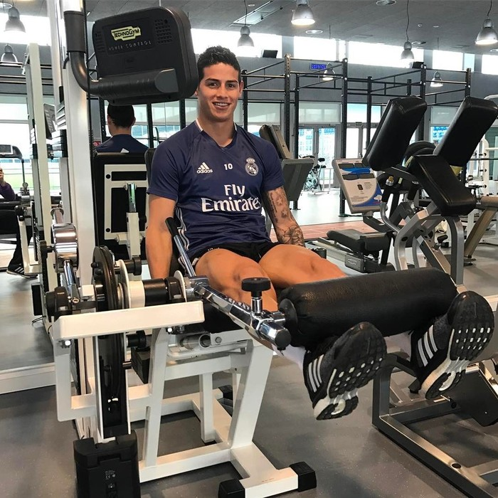 Lihat saja, bagaimana pemain kelahiran 12 Juli 1991 ini melatih kekuatan otot kakinya di gym. Foto: Instagram @jamesrodriguez10