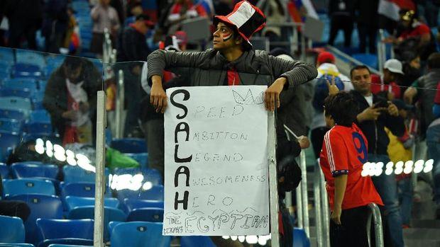 Suporter Mesir membentangkan tulisan dukungan kepada MO Salah, di Stadion Saint Petersburg, Saint Petersburg, Rusia, 19 Juni.