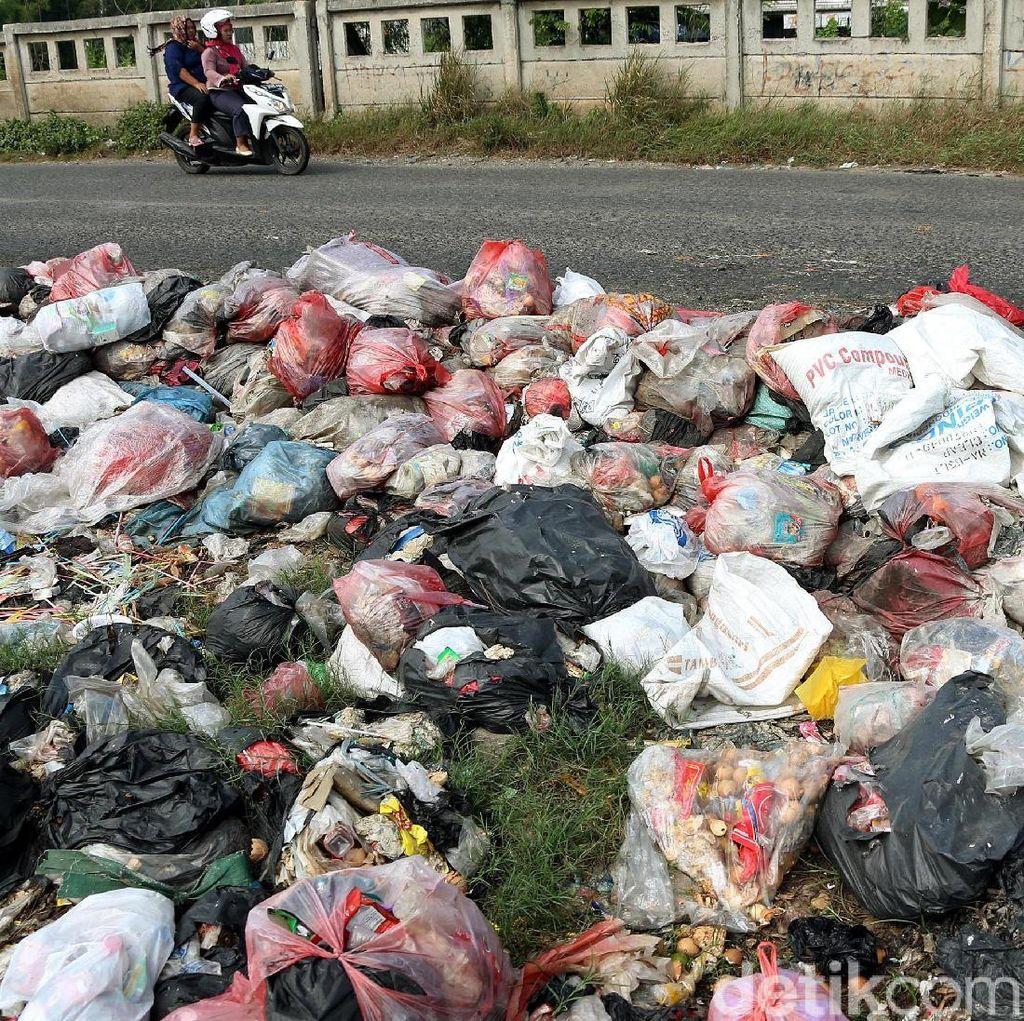 Usai Lebaran, Sampah Menumpuk di Jalan Kalimalang Cikarang