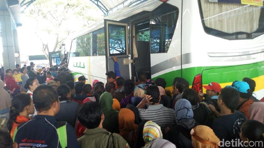 Armada Bus Kurang, Ribuan Pemudik Menumpuk di Terminal Ponorogo