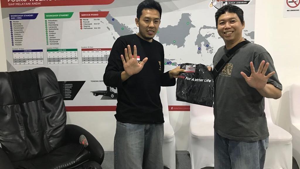 Posko Wuling di Palimanan Bagi-bagi e-Toll Gratis Rp 100 Ribu