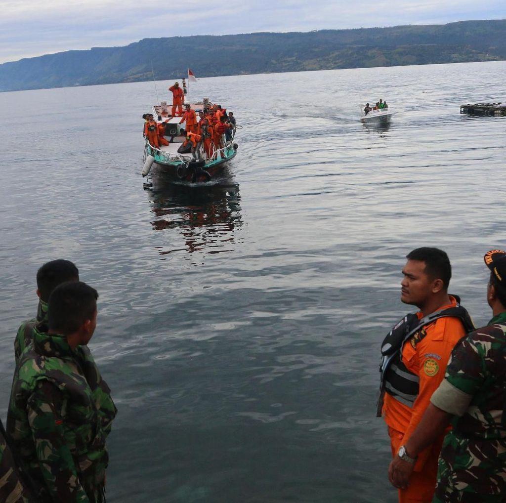 10 Penyelam Basarnas Cari Penumpang KM Sinar Bangun di Danau Toba