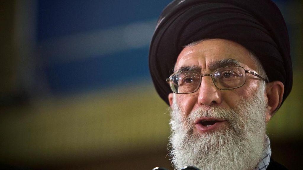 Kepada Abe, Khamenei Tegaskan Iran Tak Akan Membuat Senjata Nuklir