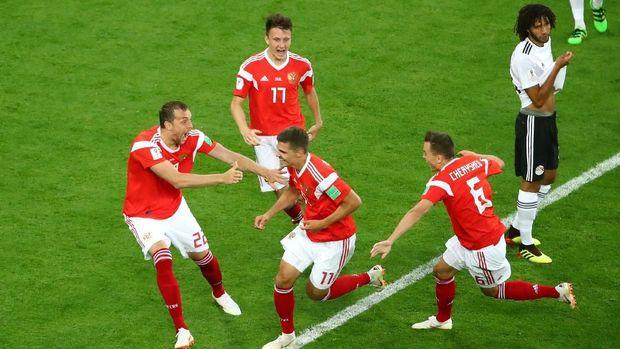Para pemain timnas Rusia merayakan gol perdana ke gawang Mesir, dalam pertandingan di Stadion Saint Petersburg, Saint Petersburg, Rusia, 19 Juni.