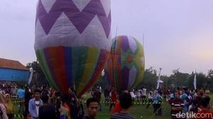 Meriahnya Festival Balon Udara Tambat di Pekalongan