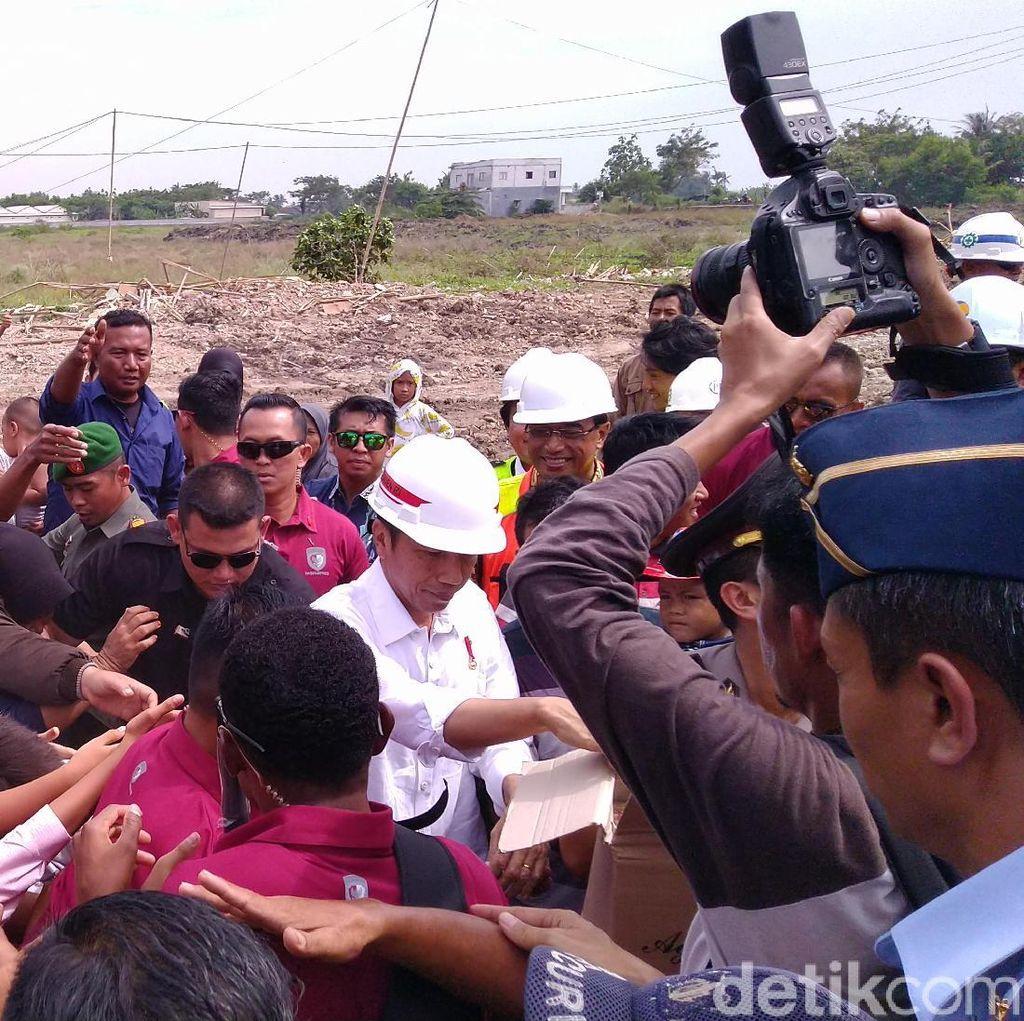 Jokowi Bagi-bagi Kain Batik ke Warga Sekitar Bandara Soetta