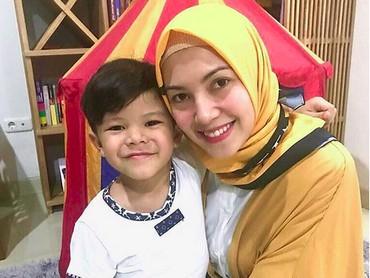 Meski sibuk, Ratna Galih selalu menyempatkan waktu untuk kumpul bareng si kecil. (Foto: Instagram/ @ratnagalih)